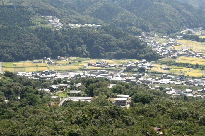 水晶山から眼下の釜戸町を眺める