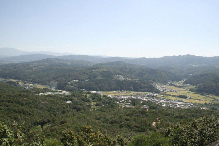 水晶山から恵那山および中央アルプスを眺める